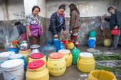 KATHMANDU, NEPAL - APRIL 29, 2015: people collects water near Bo — Stock Photo