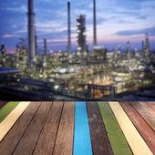 Ahşap masa üstü rafineri Fabrika arka plan montaj kavramı — Stok fotoğraf
