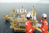 Frentista e plataforma de petróleo. conceito de montagem — Fotografia Stock