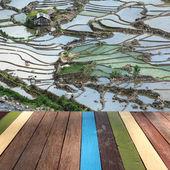 Dřevo stolu na rýžové pole terasa pozadí sestřih koncept — Stock fotografie