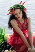 Donna in un vestito rosso, aggrappandosi a cesto — Foto Stock