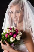 Portrait of a bride with a bouquet of tulips with a veil — 图库照片