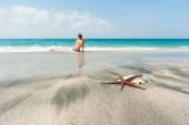 Girl on the ocean beach — Stock Photo