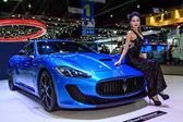 Female presenters model with Maserati GranTurismo MC Stradale. — Stock Photo