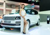 Unidentified Model with Range Rover — Stock Photo