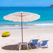 шезлонг и зонтик на пляже — Стоковое фото