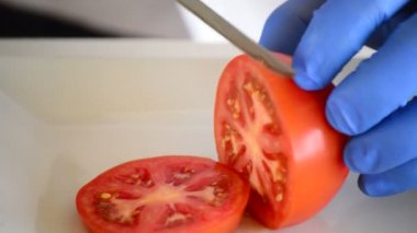 Chef hands cutting a tomato — Stock Video