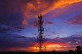 Torre de telecomunicaciones de siluetas — Foto de Stock