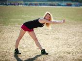 Entraînement de la jeune femme sportive, exerce à l'extérieur — Photo