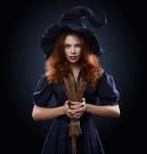 漂亮的红发女孩服装女巫 — 图库照片