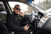 Man talking on  phone while driving — Stockfoto