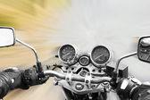 Motorrad fährt auf der straße — Stockfoto