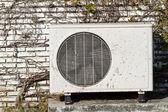 Compresores de aire de viejo están situados fuera del edificio y hiedra — Foto de Stock