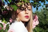 Retrato de close-up das belas e moda mulher em óculos de sol, studio um tiro. penteado e maquiagem profissional — Fotografia Stock