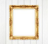пустой золотой кадр на деревянной стене — Стоковое фото