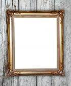 золотая рамка на фоне деревянной стены — Стоковое фото