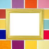 пустой золотой кадр на фоне деревянной стены — Стоковое фото