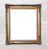 Cornice dorata su sfondo della parete in legno — Foto Stock