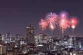Fireworks celebrating over Tokyo cityscape at night — Stock fotografie