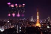 Fajerwerki iskierka miłości obchodzi nad Tokio gród nocą — Zdjęcie stockowe