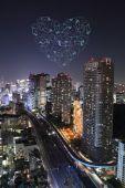 Сердце блеск фейерверка, празднует над Токио город на ночной — Стоковое фото