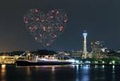 Coração de fogos de artifício celebrando sobre a Baía de marina na cidade de Yokohama — Fotografia Stock