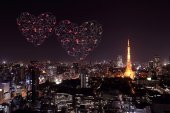 Heart sparkle Fireworks celebrating over Tokyo cityscape at nigh — Fotografia Stock