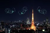 Heart sparkle Fireworks celebrating over Tokyo cityscape at nigh — Stock Photo