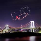 Hjärtat gnistrande fyrverkerier firar över Tokyo Rainbow Bridge på — Stockfoto