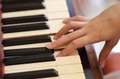 Hands playing the classic wood  piano — Stock Photo