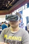 BANGKOK, THAILAND - October 5, 2014  :The  Man ues the Samsung G — Stock Photo
