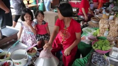 Ayutthaya, Thailand - Feb 22, 2015:Three girls are helping to train local baker to sell to tourists who travel in the market in Thailand — Stock Video