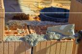 Mason lays the geout with a trowel on blocks of poroton — Foto Stock