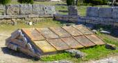 Box grave consisting of five calcareous plates in Paestum, Italy, — ストック写真