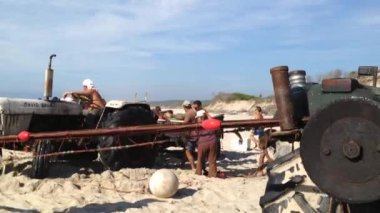 Fishermen gather the fishing net. — Vídeo Stock