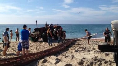 Fishermen gather the fishing net. — Stockvideo