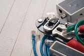 Crimp verktyg med rj45-kontakt och enheten att kontrollera ca — Stockfoto