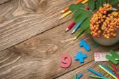 Útiles escolares en una mesa de madera con espacio para texto — Foto de Stock