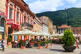 BRASOV, ROMANIA - JULY 15: Council Square on July 15, 2014 in Brasov, Romania. People buying fried chicken at local Kentucky Fried Chicken Restaurant. — Stockfoto
