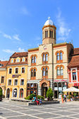 BRASOV, ROMANIA - JULY 15: Council Square on July 15, 2014 in Brasov, Romania. Brasov is known for its Old Town, which is a major tourist attraction includes the Black Church, Council Square and medie — Foto Stock
