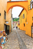 SIGHISOARA, ROMANIA - JULY 17: Unidentified tourists walking in historic town Sighisoara on July 17, 2014. City in which was born Vlad Tepes, Dracula — Stock Photo