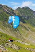 Balea Lake, Romania - JULY 21, 2014: Unidentified paraglider in Balea Lake, Fagaras Mountain, Romania. Paragliding is one of the most popular adventure sports in the world  — Stock Photo