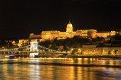 Vista nocturna del puente de las cadenas y el palacio real en budapest, Hungría — Foto de Stock