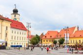 Sibiu, Romania - July 19, 2014: Old Town Square in the historical center of Sibiu was built in the 14th century, Romania — Stockfoto
