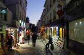 PARIS -  1 JULY 2014: People walking in the evening on Montmartre hill on 1 JULY 2014 in Paris, France. Montmartre hill is the most visited by turist place in Paris — Stock Photo