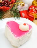 Christmas delicious heart shaped cake with coconut chips on chri — Стоковое фото
