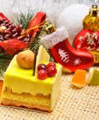 Christmas delicious yellow cake with cranberries on christmas ba — Foto Stock