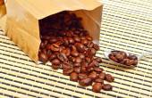 Coffee beans on the package on the tablecloth — 图库照片