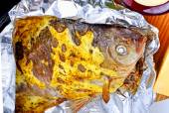 Gebakken vis in folie — Stockfoto