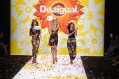 模型在 desigual 在梅赛德斯-奔驰时装周春 2015年期间走在跑道终曲 — 图库照片